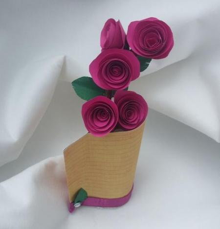 decoratiune din hartie cu crenguta de trandafiri